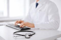 Αρσενική δακτυλογράφηση γιατρών στο πληκτρολόγιο Στοκ Εικόνες