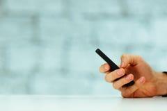 Αρσενική δακτυλογράφηση χεριών στο smartphone Στοκ φωτογραφία με δικαίωμα ελεύθερης χρήσης