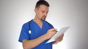 Αρσενική ανάγνωση γιατρών και γράψιμο στο ιατρικό έγγραφο απόθεμα βίντεο