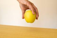 Αρσενική εκμετάλλευση εσείς ένα πράσινο μήλο Στοκ εικόνες με δικαίωμα ελεύθερης χρήσης