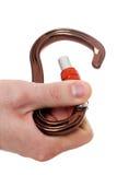 Αρσενική εκμετάλλευση χεριών που αναρριχείται carabiner Στοκ Εικόνα