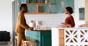 Αρσενική εκτελεστική αλληλεπίδραση με τη σερβιτόρα ενώ έχοντας τον καφέ 4k απόθεμα βίντεο