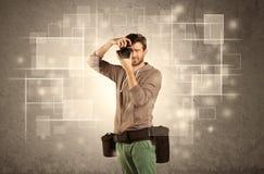 Αρσενική επαγγελματική κάμερα holdig με το φακό Στοκ εικόνες με δικαίωμα ελεύθερης χρήσης
