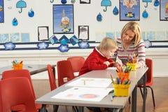 Αρσενική εργασία μαθητών και δασκάλων σχολείου πρωτοβάθμιας εκπαίδευσης Στοκ Εικόνες