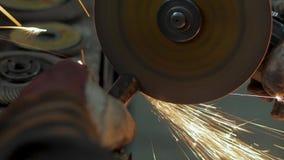 Αρσενική εργασία με το μέταλλο απόθεμα βίντεο