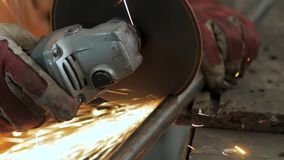 Αρσενική εργασία με το μέταλλο φιλμ μικρού μήκους