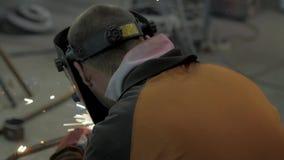Αρσενική εργασία με το χάλυβα απόθεμα βίντεο