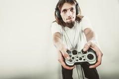 Αρσενική εστίαση παικτών στα παιχνίδια παιχνιδιού Στοκ φωτογραφία με δικαίωμα ελεύθερης χρήσης