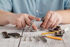 Αρσενική ζώνη ρολογιών λαβής ανοξείδωτη και ρολογιών αλλαγής με το χέρι Στοκ φωτογραφία με δικαίωμα ελεύθερης χρήσης