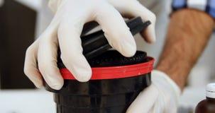 Αρσενική κάλυψη φακών φωτογράφων ανοίγοντας στο στούντιο φωτογραφιών 4k απόθεμα βίντεο