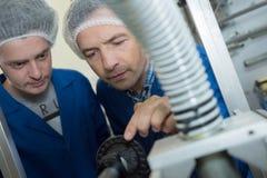 Αρσενική καθαρή εργασία τρίχας ασφάλειας φθοράς δύο στο εργοστάσιο Στοκ Εικόνες