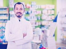 Αρσενική κατάταξη επίδειξης φαρμακοποιών των φαρμάκων στοκ φωτογραφίες με δικαίωμα ελεύθερης χρήσης