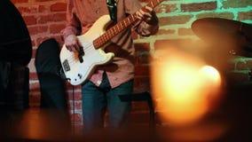 Αρσενική κιθάρα παιχνιδιών μουσικών σε ένα βράδυ σε έναν φραγμό τζαζ απόθεμα βίντεο