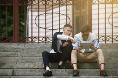 Αρσενική κοινωνική επικοινωνία Νεολαία μόδας υπαίθρια Στοκ Εικόνες