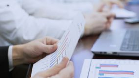 Αρσενική κύρια έκθεση ελέγχου σχετικά με τις πωλήσεις επιχείρησης, που λειτουργούν μαζί με τους υπαλλήλους φιλμ μικρού μήκους