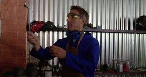 Αρσενική μηχανική εργασία στο γκαράζ 4k επισκευής απόθεμα βίντεο