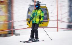 Αρσενική οδήγηση σκιέρ κάτω από την κλίση στη χιονοθύελλα Στοκ φωτογραφία με δικαίωμα ελεύθερης χρήσης
