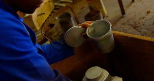 Αρσενική ρίψη μετάλλων ζωγραφικής εργαζομένων στο εργαστήριο 4k απόθεμα βίντεο