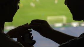 Αρσενική σκιαγραφία που κάνει την πρόταση στη φίλη στο γήπεδο ποδοσφαίρου, την αγάπη και την προσοχή φιλμ μικρού μήκους