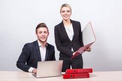 Αρσενική συνεδρίαση επιχειρηματιών πίσω από ένα lap-top στον πίνακα, η γυναίκα Στοκ φωτογραφίες με δικαίωμα ελεύθερης χρήσης