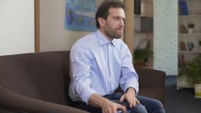 Αρσενική συνεδρίαση στο σπίτι και κουβεντιάζοντας με την πρώην-σύζυγο στο smartphone, προβλήματα φιλμ μικρού μήκους