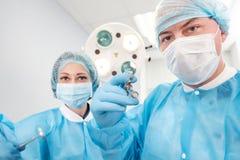Αρσενική σύριγγα εκμετάλλευσης χειρούργων που απομονώνεται σε ένα άσπρο υπόβαθρο Εστίαση στη σύριγγα Στοκ Εικόνες