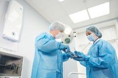 Αρσενική σύριγγα εκμετάλλευσης χειρούργων που απομονώνεται σε ένα άσπρο υπόβαθρο Εστίαση στη σύριγγα Στοκ εικόνα με δικαίωμα ελεύθερης χρήσης