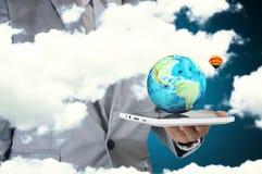Αρσενική ταμπλέτα οθόνης αφής λαβής χεριών που παρουσιάζει Earthglobe Στοκ Φωτογραφίες
