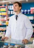 Αρσενική τοποθέτηση φαρμακοποιών στο φαρμακείο στοκ εικόνα με δικαίωμα ελεύθερης χρήσης