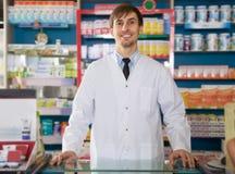 Αρσενική τοποθέτηση φαρμακοποιών στο φαρμακείο στοκ εικόνα