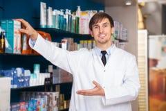 Αρσενική τοποθέτηση φαρμακοποιών στο φαρμακείο στοκ φωτογραφία με δικαίωμα ελεύθερης χρήσης
