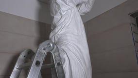 Αρσενική τρύπα τρυπανιών τύπων εργαζομένων στο ανώτατο όριο ξηρών τοίχων για το μοντάρισμα φωτισμού αλόγονου απόθεμα βίντεο