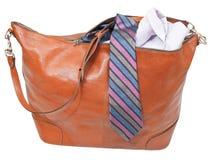 Αρσενική τσάντα δέρματος με το πουκάμισο και δεσμός που απομονώνεται Στοκ Εικόνες