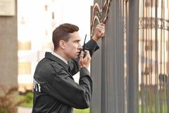 Αρσενική φρουρά ασφάλειας με το φορητό ραδιόφωνο, Στοκ Εικόνες