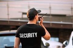 Αρσενική φρουρά ασφάλειας με το φορητό ραδιόφωνο, στοκ φωτογραφία με δικαίωμα ελεύθερης χρήσης
