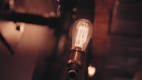 Αρσενική χεριών αναδρομική γιρλάντα ηλεκτρονόμων διακοπτών ηλεκτρική Βιομηχανικές λάμπες φωτός Αναδρομικός φωτισμός στο ύφος σοφι απόθεμα βίντεο