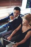 Αρσενικοί και θηλυκοί επιχειρηματίες που εργάζονται στα κοινά προγράμματα Στοκ Εικόνες