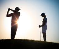 Αρσενικοί και θηλυκοί παίκτες γκολφ που παίζουν το γκολφ στοκ φωτογραφία με δικαίωμα ελεύθερης χρήσης