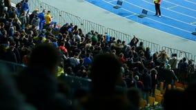 Αρσενικοί οπαδοί ποδοσφαίρου που πηδούν στα βήματα και τα chanting συνθήματα, ενεργοί υποστηρικτές απόθεμα βίντεο