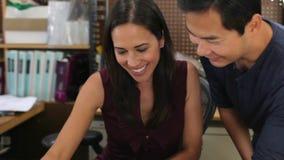 Αρσενικοί περίπατοι αρχιτεκτόνων μέσω του γραφείου για να μιλήσει με το συνάδελφο απόθεμα βίντεο