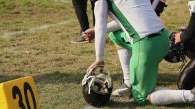 Αρσενικοί ποδοσφαιριστές έτοιμοι να παίξουν, αντιστοιχία προσοχής, που περιμένει την αντικατάσταση απόθεμα βίντεο