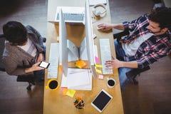 Αρσενικοί συνάδελφοι που εργάζονται στο γραφείο υπολογιστών στο δημιουργικό γραφείο Στοκ εικόνες με δικαίωμα ελεύθερης χρήσης