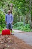 Αρσενικοί τουρίστες με τις κόκκινες βαλίτσες στοκ εικόνα