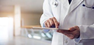 Αρσενικοί Τύποι γιατρών στην ψηφιακή ταμπλέτα οθόνης στοκ φωτογραφία με δικαίωμα ελεύθερης χρήσης