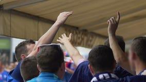 Αρσενικοί υποστηρικτές από ενθαρρυντικού και ποδοσφαίρου προσοχής της Γαλλίας τον αγώνα στην ανεμιστήρας-ζώνη απόθεμα βίντεο