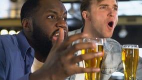 Αρσενικοί φίλοι με την ενισχυτική αθλητική ομάδα μπύρας στο φραγμό, που απογοητεύεται για το αποτέλεσμα απόθεμα βίντεο