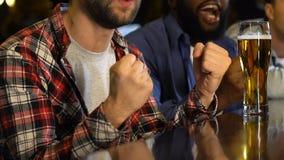 Αρσενικοί φίλοι που προσέχουν συναισθηματικά το παιχνίδι στο μπαρ, αγαπημένη χάνοντας αντιστοιχία αθλητικών ομάδων απόθεμα βίντεο