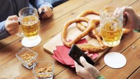 Αρσενικοί φίλοι που πίνουν την μπύρα στο φραγμό ή το μπαρ απόθεμα βίντεο