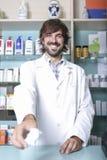 Αρσενικοί φαρμακοποιός και φάρμακα στοκ εικόνα