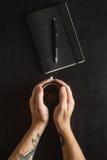 Αρσενικοί χέρια και καφές Στοκ φωτογραφία με δικαίωμα ελεύθερης χρήσης